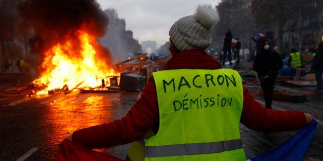 Des gilets jaunes manifestent sur les Champs-Elysees à Paris, samedi 24