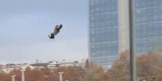 Démonstration d'un flyboard au dessus de la