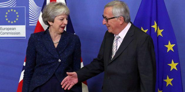 La Première ministre britannique Theresa May et le président de la Commission européenne Jean-Claude...