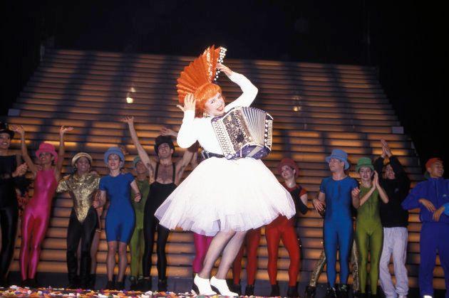 Yvette Horner habillée par Jean Paul Gaultier sur scène au Casino de Paris en décembre