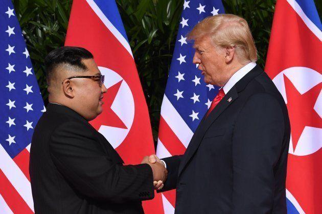 Donald Trump et Kim Jong-un se rencontrent à Singapour, poignée de main