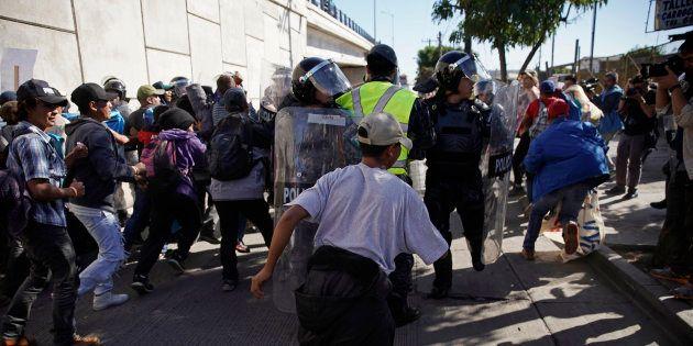 Des centaines de migrants de la caravane tentent de franchir la frontière