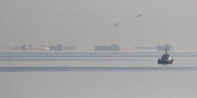 Des avions de chasse de l'armée russe survolant la mer