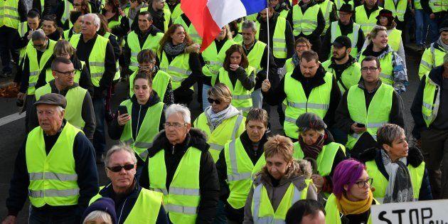 Des gilets jaunes manifestant à Rochefort (Charente-Maritime) le 24 novembre