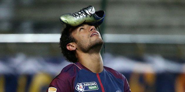 L'étrange célébration de Neymar pendant