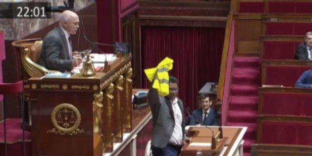 Le député de La Réunion Jean-Hugues Ratenon, brandissant un gilet jaune à la tribune de l'Assemblée
