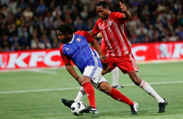 Bernard Diomede au duel avec Patrick Kluivert lors du match France 98 - FIfa 98, mardi 12 juin 2018 à