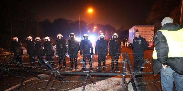 La police belge faisant face à une manifestation de gilets