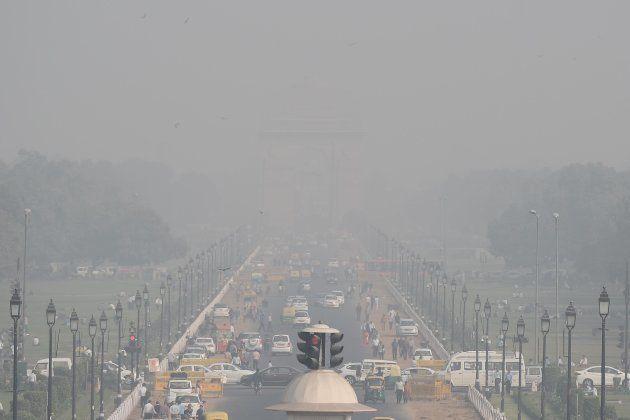 Une vue de la Porte de l'Inde, prise plus tôt ce mois-ci: le célèbre monument de Delhi est dissimulé...