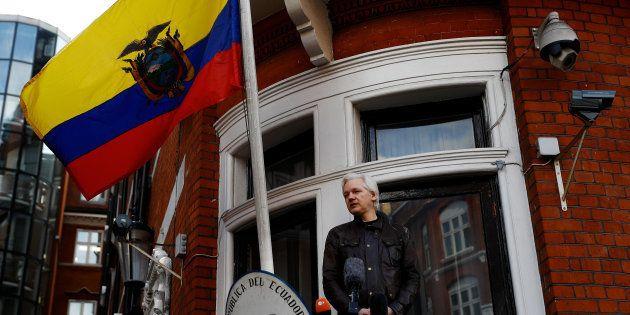 Julian Assange au balcon de l'ambassade d'Equateur à Londres le 19 mai