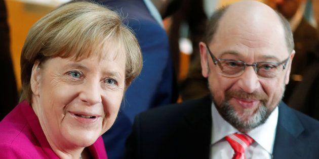 La chancelière allemande Angela Merkel et le leader des sociaux-démocrates du SPD Martin Schulz le 7...