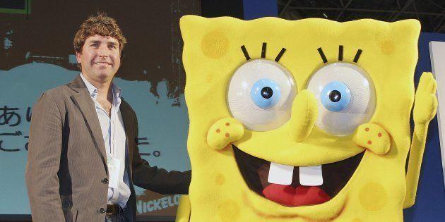 Stephen Hillenburg poses avec une mascotte représentant Bob L'Eponge en mars 2006 au
