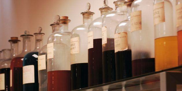 Des flacons disposés dans la parfumerie Fragonard à