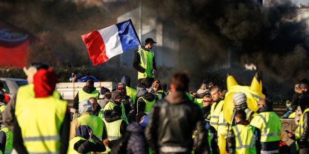 Malgré le discours d'Emmanuel Macron, la popularité des gilets jaunes se renforce dans l'opinion