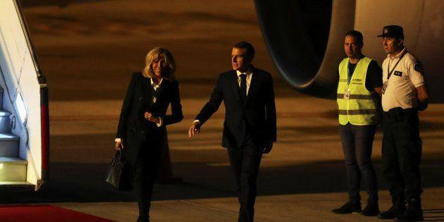 Emmanuel Macron et son épouse à leur arrivée en Argentine pour une visite officielle suivie d'une participation...