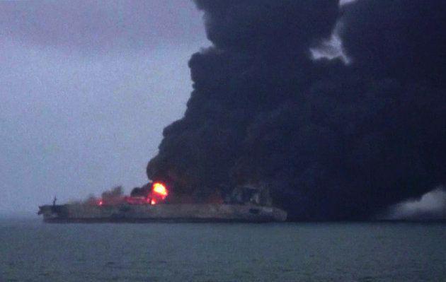 Le pétrolier iranien en feu le 8 janvier, soit deux jours après sa