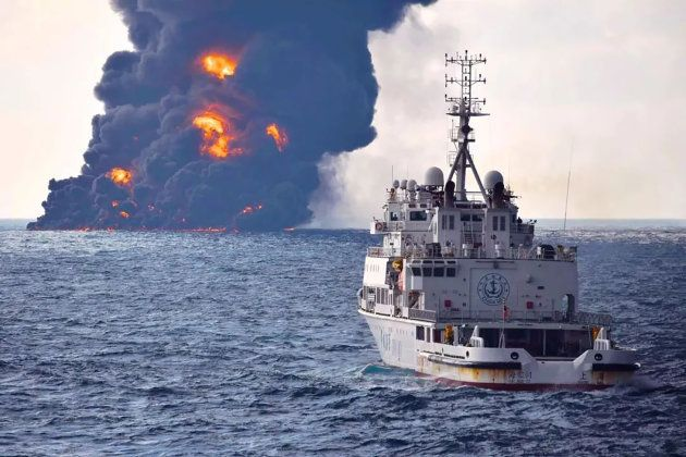 La fumée noire au dessus du pétrolier toujours en feu, avant qu'il ne coule le 14