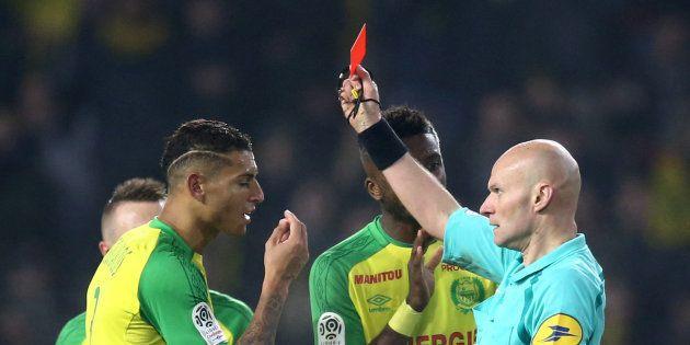 Ce tacle de Tony Chapron, l'arbitre de Nantes-PSG, sur Diego Carlos aurait mérité un carton