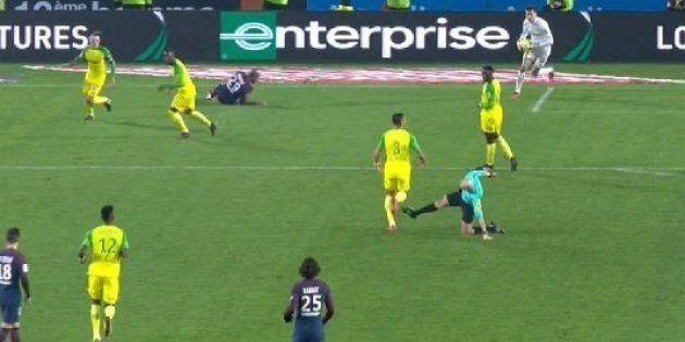 Le geste de Tony Chapron lors de Nantes-PSG parodié sur les réseaux