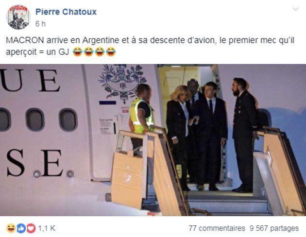 Cette photo d'Emmanuel Macron en train de sortir de son avion est particulièrement partagée sur les pages...