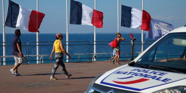 Des passants sur la Promenade des Anglais (Image