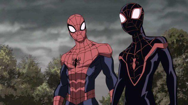 Peter Parker, l'habituel Spider-Man, à gauche, rencontre son homologue d'une autre dimension, Miles Morales...