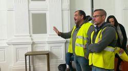 Des gilets jaunes s'incrustent à la mairie de Pau pour voir