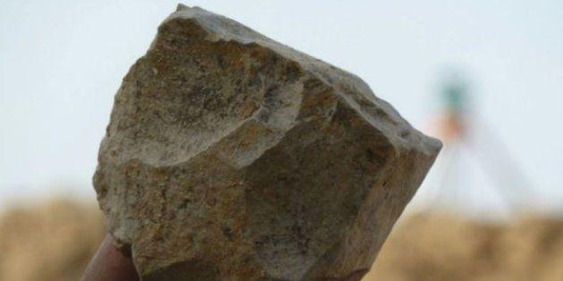 Cet outil en pierre taillée (pris en photo ce 29 novembre 2018) a été découvert à 300 kilomètres