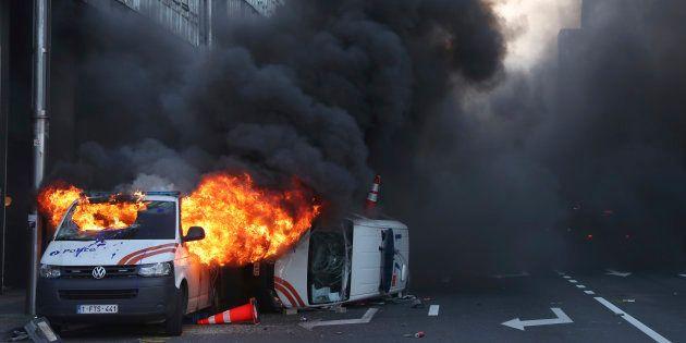 Deux véhicules de police ont été incendiés dans la capitale belge, lors d'une manifestation de gilets...
