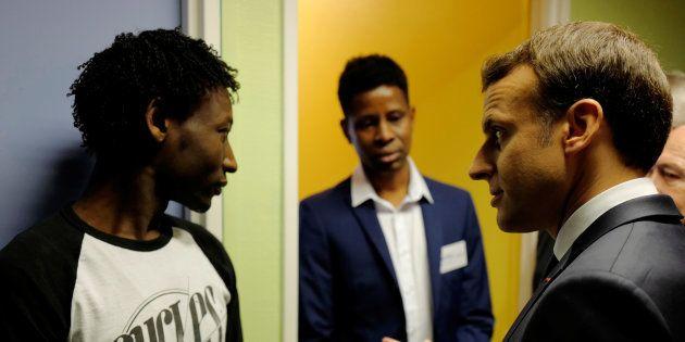 Le président Emmanuel Macron rencontre un demandeur d'asile soudanais au centre d'accueil de Croisilles,...