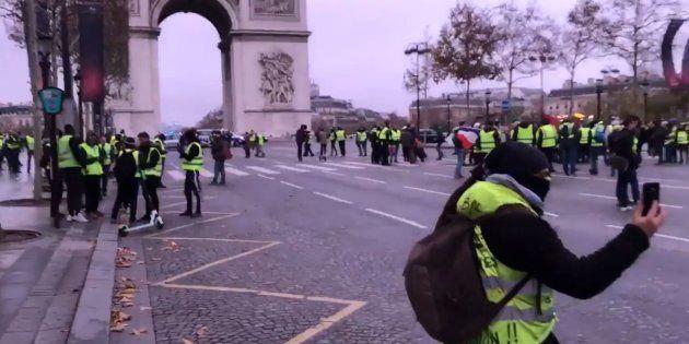 Les gilets jaunes se sont retrouvés très tôt près de l'Arc de Triomphe, avant d'entrer sur les