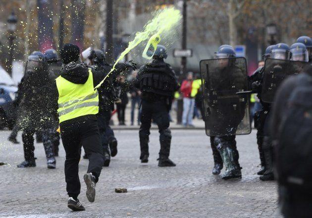 Sur les Champs-Elysées, les gilets jaunes ont repeint en jaune les
