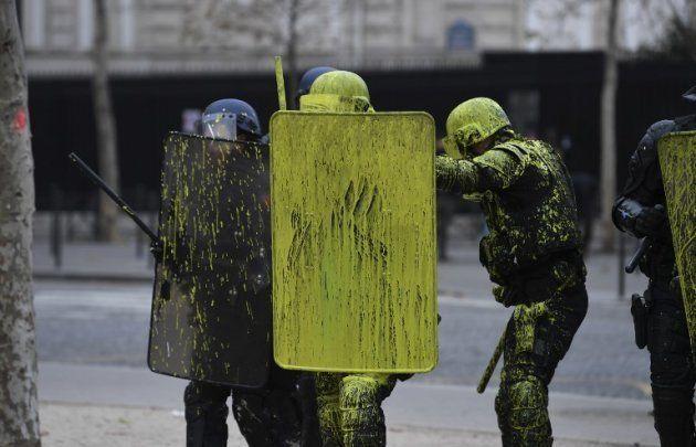 Les manifestants ont lancé des jets de peinture jaune sur les policiers sur les