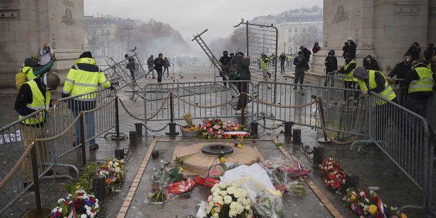 La tombe du Soldat inconnu, sous l'Arc de Triomphe place de l'Etoile à Paris, a été le terrain d'affrontements...