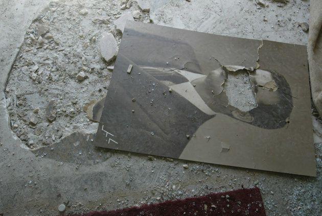 Un portrait de Saddam Hussein est laissé là où se trouvait jusqu'alors la mosaïque représentant George...