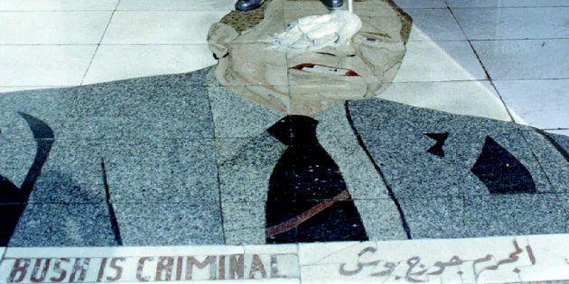 Un employé nettoie la mosaïque à l'image de George H. W. Bush à l'entrée de l'hôtel