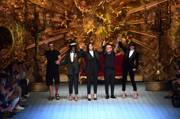 Stefano Gabbana, Naomi Campbell, Monica Bellucci, Domenico Dolce et Marpessa Hennink à la fin du défilé...