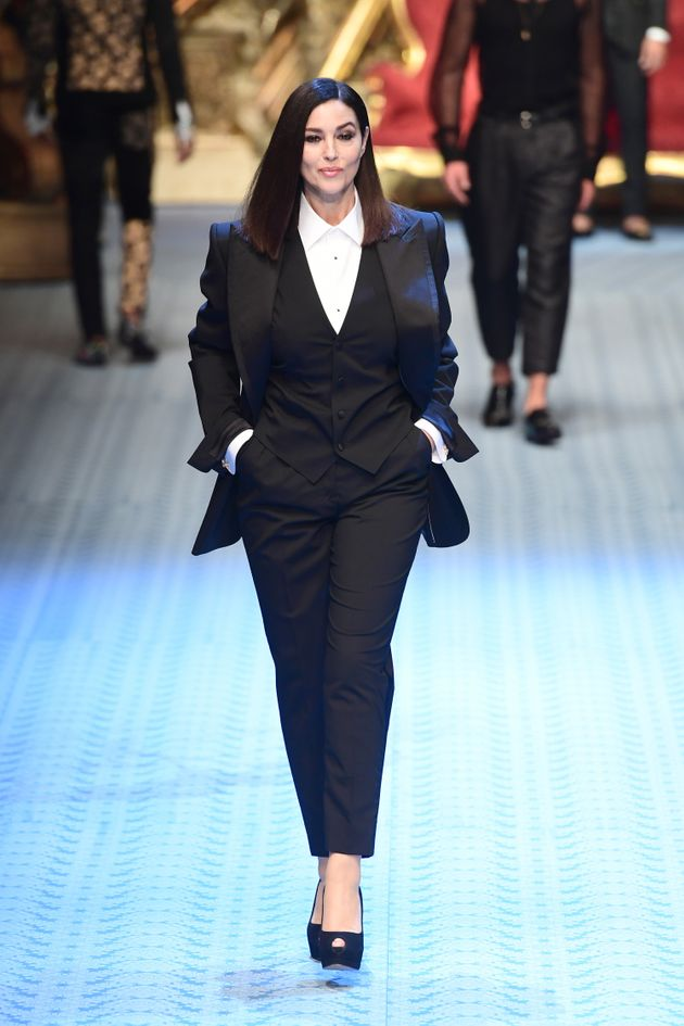 Monica Bellucci défile pour Dolce & Gabbana lors de la Fashion Week de Milan, le 16