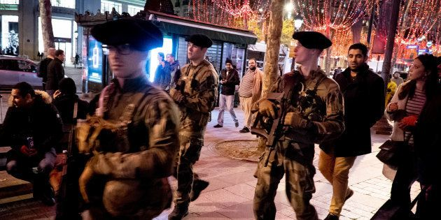Des militaires patrouillant sur les Champs-Élysées à la veille de la mobilisation de ce 1er