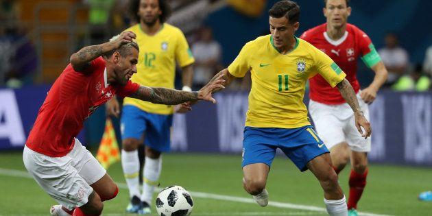 Valon Behrami face à Philippe Coutinho lors de Brésil-Suisse à Rostov le 17 juin