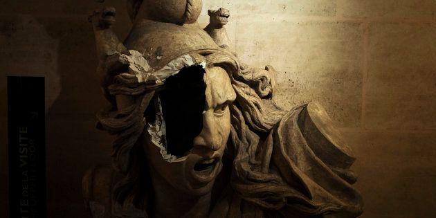 Une statue de femme, allégorie de la Liberté, a été ciblée par les manifestants et les casseurs qui ont...
