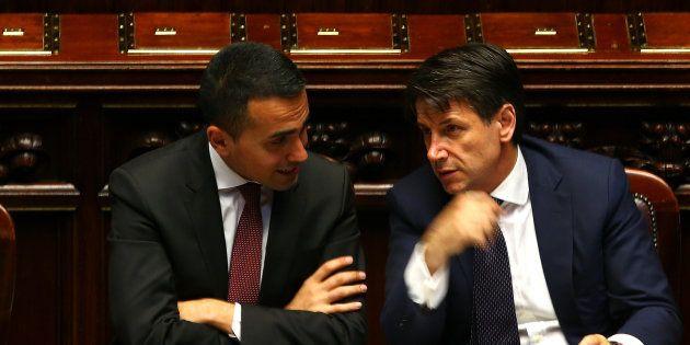 Luigi Di Maio, ici avec le président italien du Conseil Giuseppe Conte, presse la France d'accueillir...