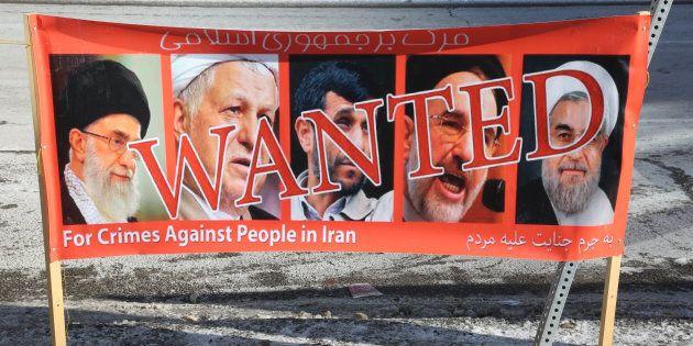 Une bannière de manifestants irano-canadiens, en soutien aux protestations anti-gouvernement en Iran,...