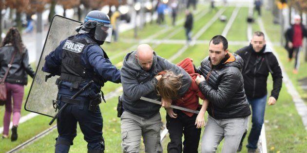 Plus de cent lycées bloqués, de vives tensions par endroits comme ici à Bordeaux le 3 décembre