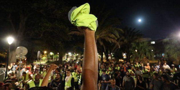 Des gilets devant la préfecture de Saint-Denis à la Réunion, le 23 novembre
