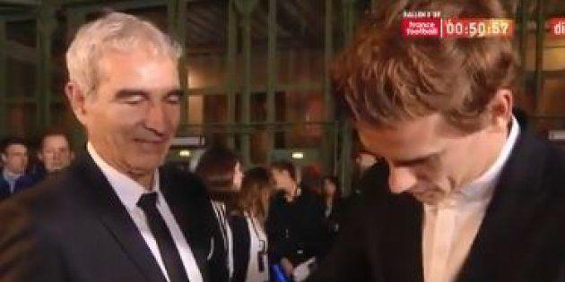 Domenech demande un autographe a Griezmann avant la remise du Ballon d'Or à Paris le 3 décembre