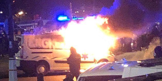 Devant l'Assemblée nationale, un véhicule a pris feu au terme d'une nouvelle journée de manifestation...