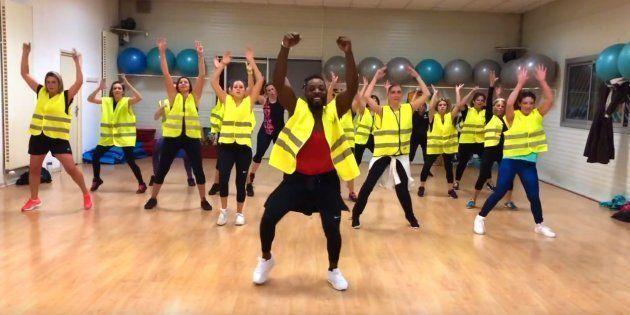 Franky Roy danse en compagnie de ses élèves habillés en gilet jaune, dans une vidéo publiée le 26 novembre...
