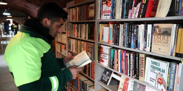 C'est grâce à l'initiative des éboueurs que des livres destinés à être jetés aux ordures ont eu le droit...