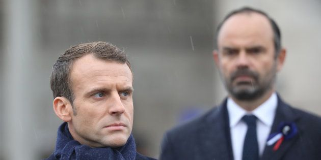Emmanuel Macron et son premier ministre Edouard Philippe se sont résolus à céder sur les carburants pour...